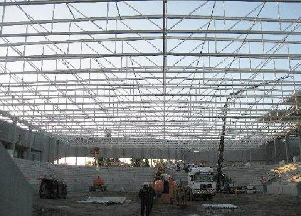 Hallenmontage parallelgurtiger Stahlfachwerktraeger Sporthalle