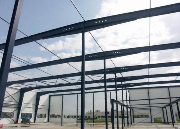 Hallenmontage Stahlhallenkonstruktion Lagerhalle