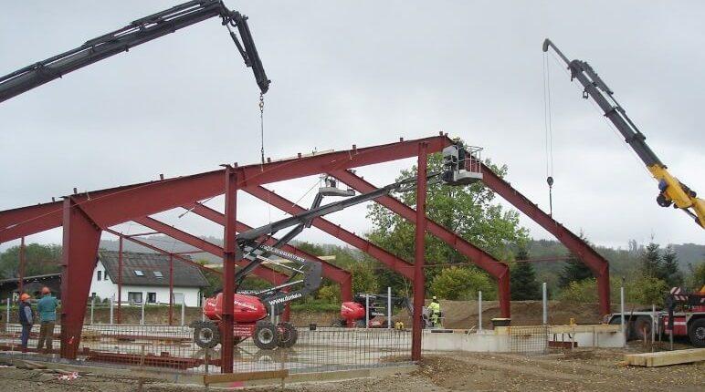 Hallenmontage Stahlhallenkonstruktion landwirtschaftliche Stallung