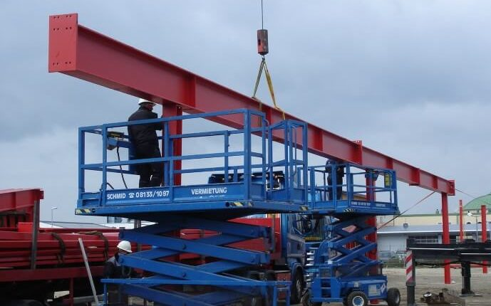 Hallenmontage Stahlhallenkonstruktion Stahltraeger Mittelauflager